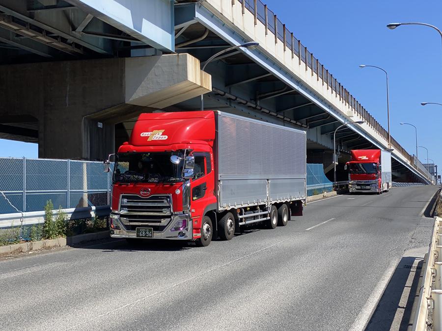 トラックが路上で走っている画像